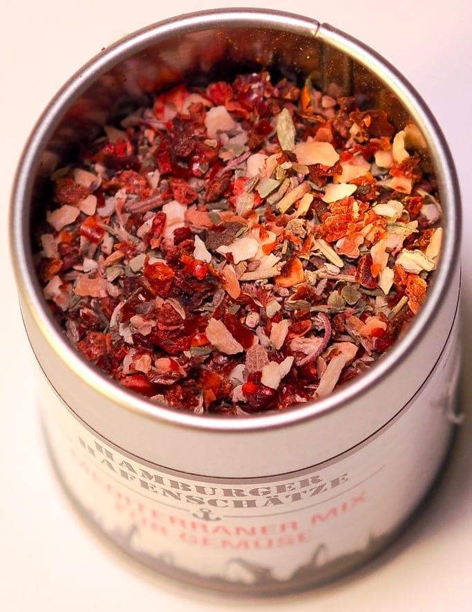 Mediterraner Mix für Gemüse mit Tomatengranulat, rotes Gemüsepaprikagranulat, Zwiebelgranulat, Knoblauch, Oregano, schwarzer Pfeffer, Thymian, Rosmarin, Salbei & Chili